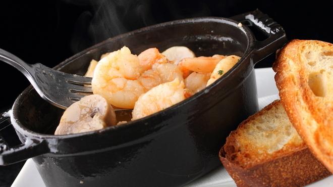 Q - 料理写真:小エビとマッシュルームのアヒージョ