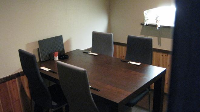 旬菜 さつまの意 - 内観写真:隠れ家の個室最大5名様。接待や少人数の集まりで