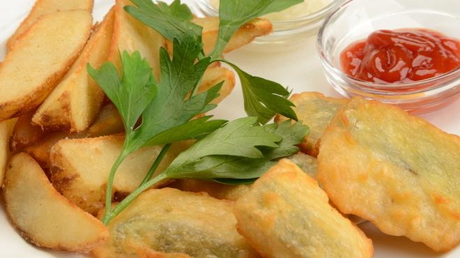 ビリー・バルゥーズ・ビア・バー - 料理写真:定番!フィッシュ&チップス。サックサクです。