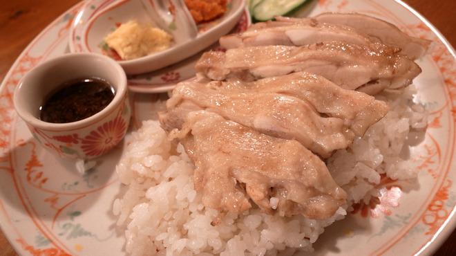 Cho Lon - 料理写真:ランチタイムで大人気の海南鶏めし≪コムガー≫。鶏のスープで炊いたご飯に鶏肉がどんっとのっています!鶏の調理法は蒸し・揚げからお好みでお選び頂けます。