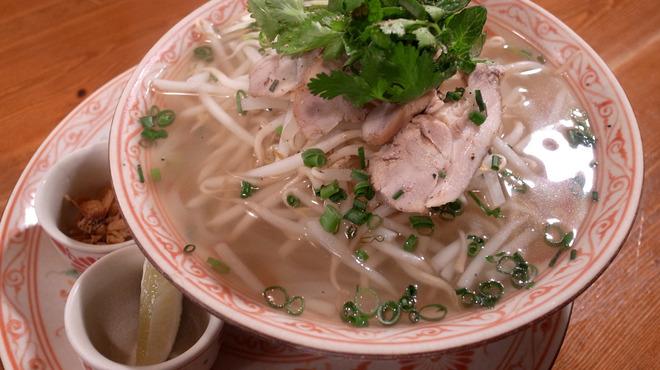 Cho Lon - 料理写真:麺メニュー一番人気の≪フォー・ガー≫ ベトナムの米麺を使った汁ソバ。5時間かけてとった鶏ダシのスープにツルッとしたフォーがよく合います♪蒸し鶏を乗せた≪フォー・ガー≫の他に、牛焼肉そ乗せた≪フォー・ボー≫、トムヤムクンをベースにしたスープの≪トムヤムヌードル≫など米麺のメニューも充実しています!