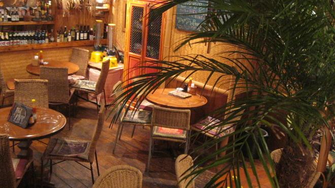 Cho Lon - 内観写真:アジアンリゾートの雰囲気の中、ごゆっくりお食事ができます。カップルやご友人同士でいろいろなお料理をシェアしながら召し上がるのも楽しいですよ♪