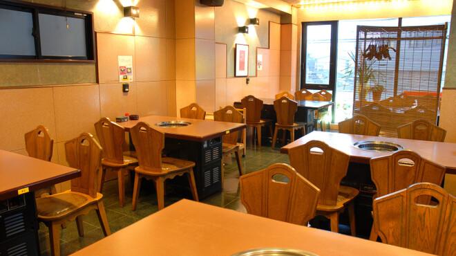 済州島 - 内観写真:明るいテーブル席。窓際は人気席です。