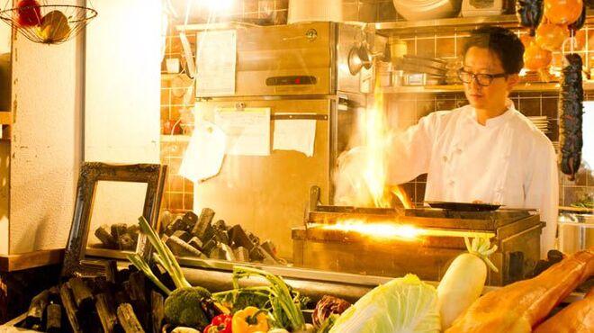 仕事馬 - 内観写真:客席から見えるオープンキッチンで炭火焼を仕立てます