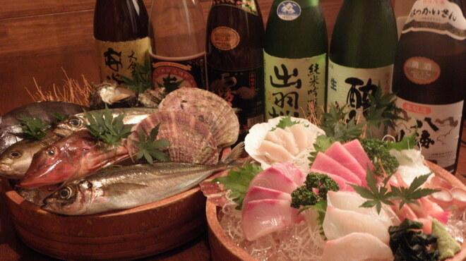 鳥半・魚半 - 料理写真:天然インドマグロが入った特上海鮮桶盛。天然インドマグロの甘~い味わいと産地直送の新鮮刺身はお酒との相性抜群!