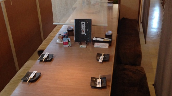 焼とり とりぞう - 内観写真:6名様テーブルが6つあり、カーテンを上げると12名様座って頂けます