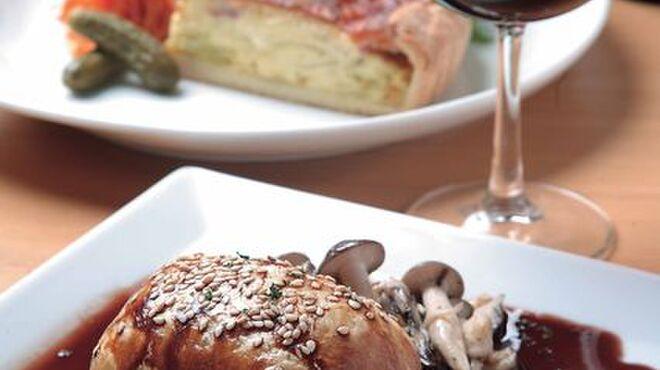 Bistro Queue - 料理写真:「鴨肉の赤ワイン煮のパイ包み焼き」(1,000円)、「本日の日替わりキッシュ」(650円)