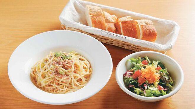 Bistro Queue - 料理写真:パスタランチは800円。写真は「桜エビと春キャベツのクリームパスタ」。日替わりパスタは3種類から1品選べます
