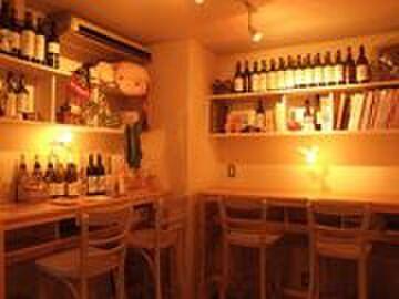 Bistro Queue - 内観写真:ワインボトルや小物がディスプレイされたコーナー席。デートにもぴったり!
