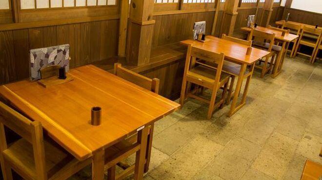 石臼十割そば 森久 - 内観写真:テーブル席