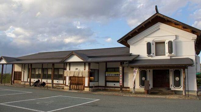 石臼十割そば 森久 - 外観写真:蔵を想わせる和風の店構え。