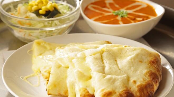 ジョティ - 料理写真:大人気のチーズナンとのセットです☆プレーンナン・ライスはお替わり自由♪