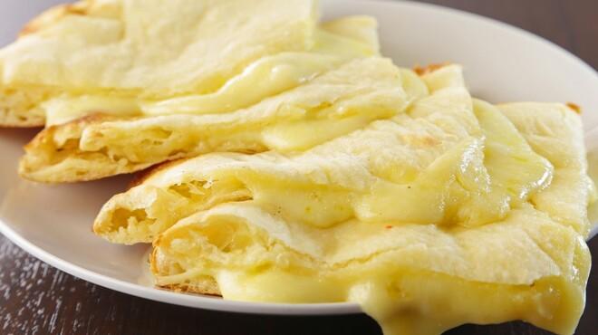 マカル - 料理写真:とろーりトロけるチーズナンは絶品です♪