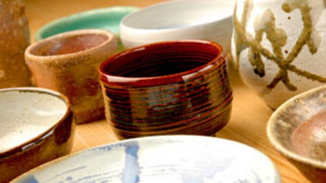 安古 - 内観写真:お客様には料理にぴったりとくる器で当店の器は全て店主の手作りです。楽しんで頂きたいと思い始めた陶芸。今では店内の器全てが手作りになっております。器と料理の相性もぜひお楽しみください。