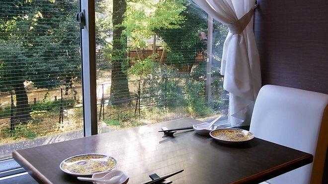古月 - 内観写真:秋には紅葉を眺めながらお食事を楽しめます