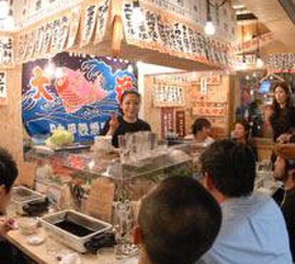 浜焼酒場 魚○ - 内観写真:活気のある店内