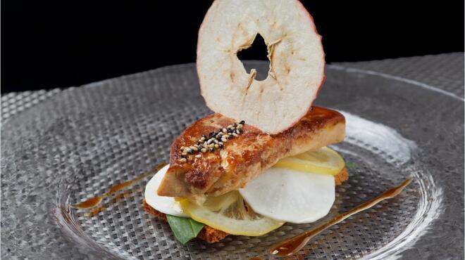 タマヤ - 料理写真:フォアグラのステーキ 蕪、レモンのコンポート バニュルスシロップ 1980円