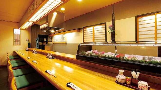 あずま家天善 - 内観写真:目の前で揚げた天ぷらが楽しめるカウンター席