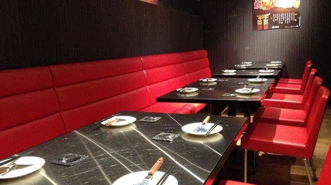 いち香 - 内観写真:29名様までの宴会でご利用いただける赤いシートが特長のテーブルのお席です。席間隔も広く、ゆったりとお食事をお楽しみいただけます。
