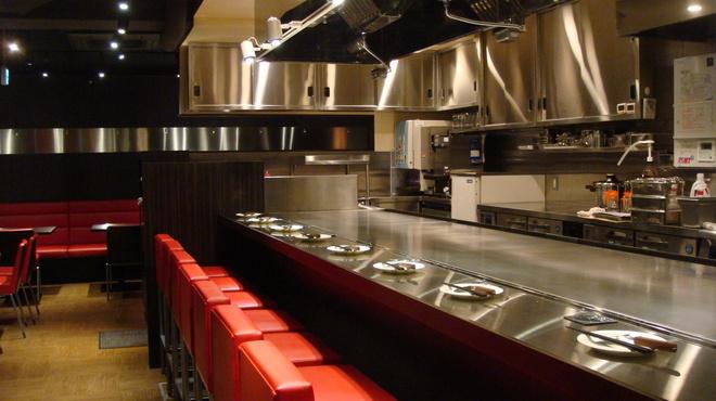 いち香 - 内観写真:一枚の鉄板を目の前にお食事をご堪能いただくことができるカウンター席です。ダイナミックな料理をお楽しみください!