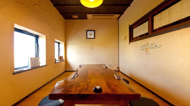 根っこや - 内観写真:宍道湖に流れる大橋川を眺めながら、てまひまかけた料理を