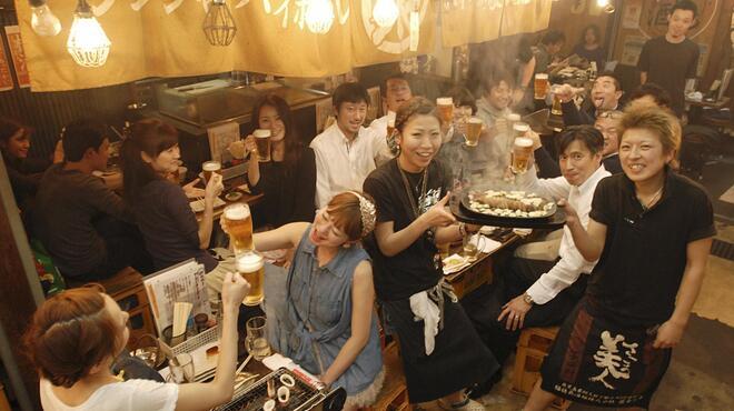 浜焼酒場 魚○ - 内観写真:賑やかに飲むのにピッタリ