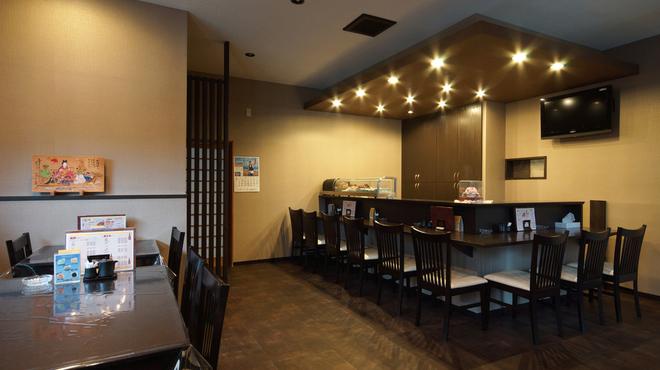 いそ勘 - 内観写真:「和モダン」の雰囲気の店内はテーブル10席とカウンター10席が!!