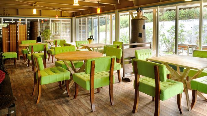 山cafe - 内観写真:パステルグリーンの椅子が映える、解放感ある地下フロア