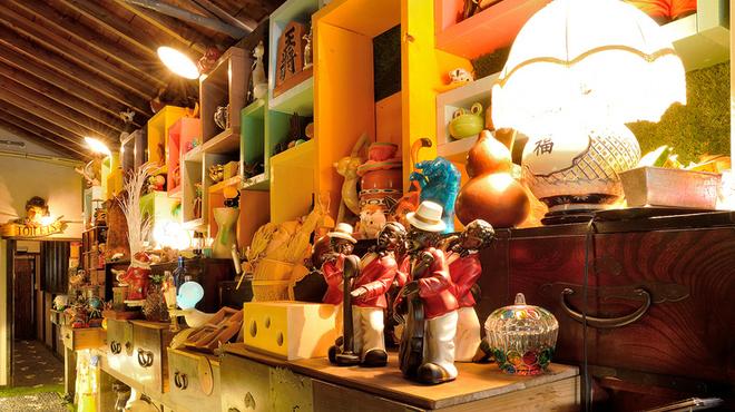 山cafe - 内観写真:店主が集めたコレクションの数々がインテリアに