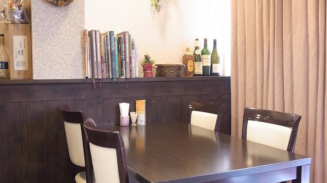 ダイニングヘリアン - 内観写真:テーブル席