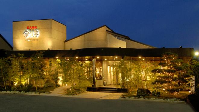 新羅会館 家族亭 - 内観写真:新羅会館 家族亭夜間ライトアップ