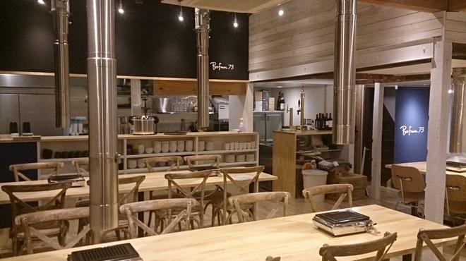 和牛焼肉 Beef Factory73 - 内観写真:カリフォルニアのカフェをイメージした明るい店内。