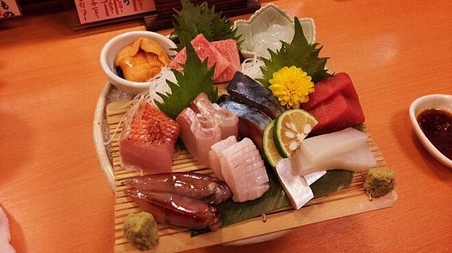 味彩山久 - 料理写真:確かな目利きの技で選んだ魚介類を刺身でご提供