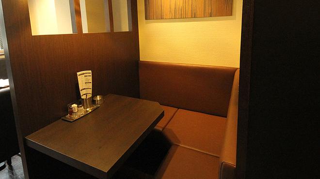 やきとり家すみれ - 内観写真:ゆったりお過ごし頂けるテーブル席。
