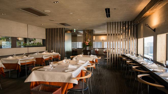 銀座清月堂 - 内観写真:自然光が入る明るい店内で、旬の食材を使った料理長自信の季節感溢れるお料理と、心温まるサービスでおくつろぎください。
