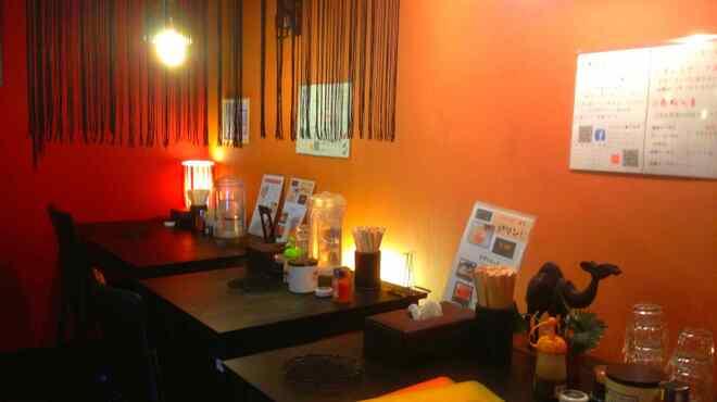 橙~オレンジ - 内観写真:カウンターテーブル。女性一人でもリラックス