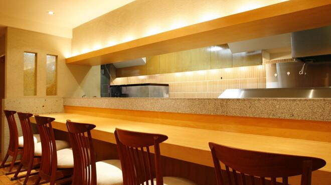 飯家(はんや)くーた - 内観写真:カウンター席では、生簀や料理人との会話を楽しめます。