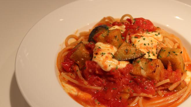 神田flux - 料理写真:『トマトとモッツァレラのパスタ』など、本日のパスタはオススメの一品!