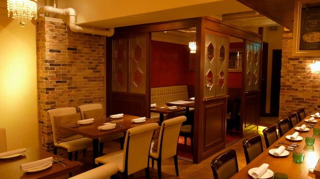 Taverna GUSTAVINO - 内観写真:低く落ち着いて食事が出来るカウンター8席、テーブル8席と個室が8席