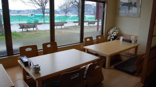 寿し処光本 - 内観写真:夜には関門海峡を眺め眺めながらお食事ができます!