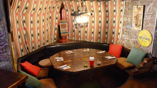 エルパンチョ - 内観写真:丸いテーブルは料理を囲んでワイワイ話せる★女子会にもおすすめ!