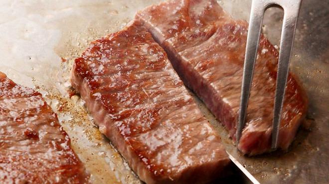 パンドラ - 料理写真:他では食べることができるかわからない【飛び級A5ランク】の肉。旨味、甘み、脂の上品さ、不思議な感覚を味わうことができます。 カウンター席では、シェフが目の前の鉄板で調理致します。目の前で繰り広げられるパフォーマンスでさらに美味しさを演出いたします 。