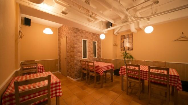イタリア食堂 キャリー - 内観写真:あたたかみのある店内。