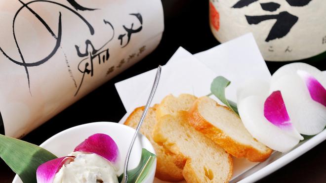 三重人 - 料理写真:まろやかでコクのある味わい『カツオのアンチョビチーズ』