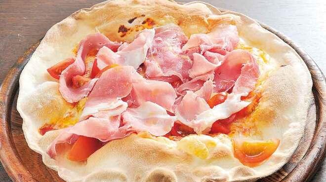 Ristoro Cocteau's - 料理写真:パルマ産 生ハムとトマトのピッツァ1600円