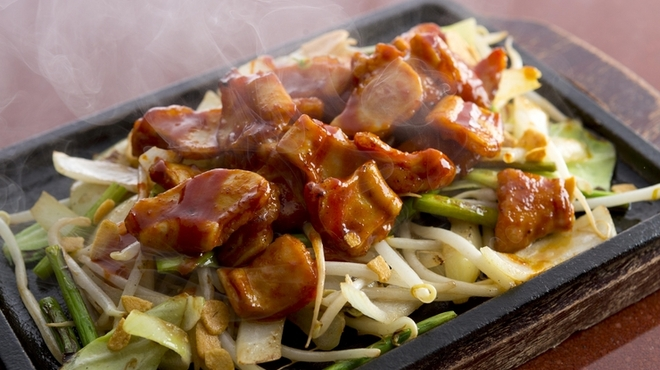 五郎八 - 料理写真:コリコリした食感とジューシーなうま味『馬ホルモン鉄板焼き』 コリコリの歯ごたえ。馬の脂がじゅわっと口に広がります。アツアツの鉄板にコチジャン味噌でピリ辛風味に。