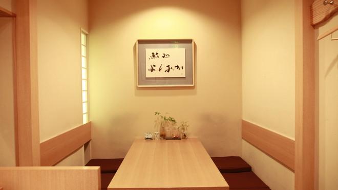 鮨処よしおか - 内観写真:木を基調とした、全10名様までの店内です。