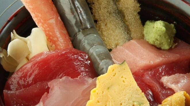 巣鴨三浦屋 - 料理写真:ランチ商品「三浦丼997円」海老は天使の海老使用してます。フランス政府の方たちが味に絶賛している海老です。甘みがあり屋臭味のなくお味噌までかぶりついて食べれます。白身魚は日に異なります。お味噌汁は別料金130円