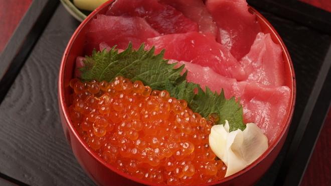 巣鴨三浦屋 - 料理写真:ランチ商品「マグロいくら丼997円」マグロといくらが好きな方にはおすすめです。お味噌汁は別行金130円