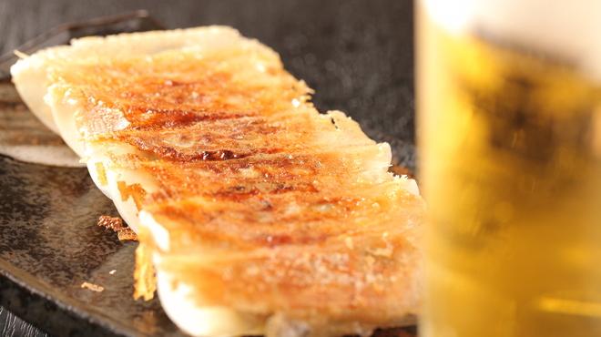 もつ粋 - 料理写真:自家製餃子は人気メニューのひとつ!